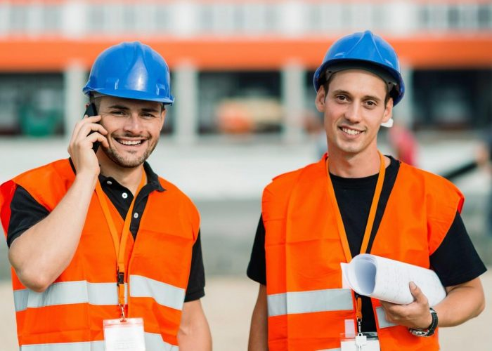 Zwei Bauarbeiter auf der Baustelle