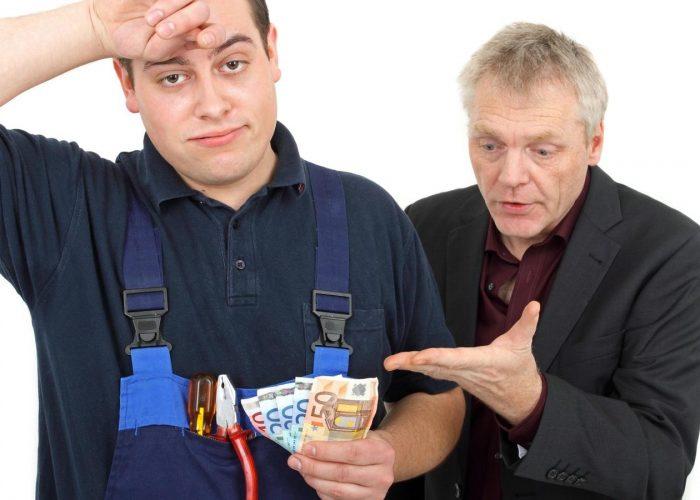 Kunde streitet mit Handwerker um Geld für einen Auftrag